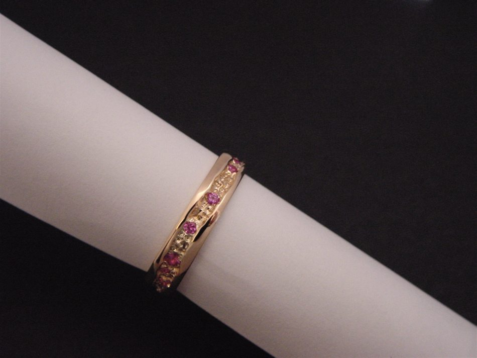 bague or rouge et saphirs roses