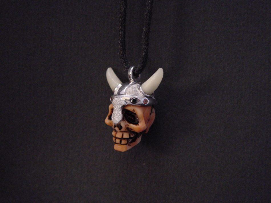 crâne corail, or blanc et os