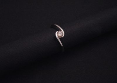 "solitaire ""volute"" en or blanc, diamant cognac"