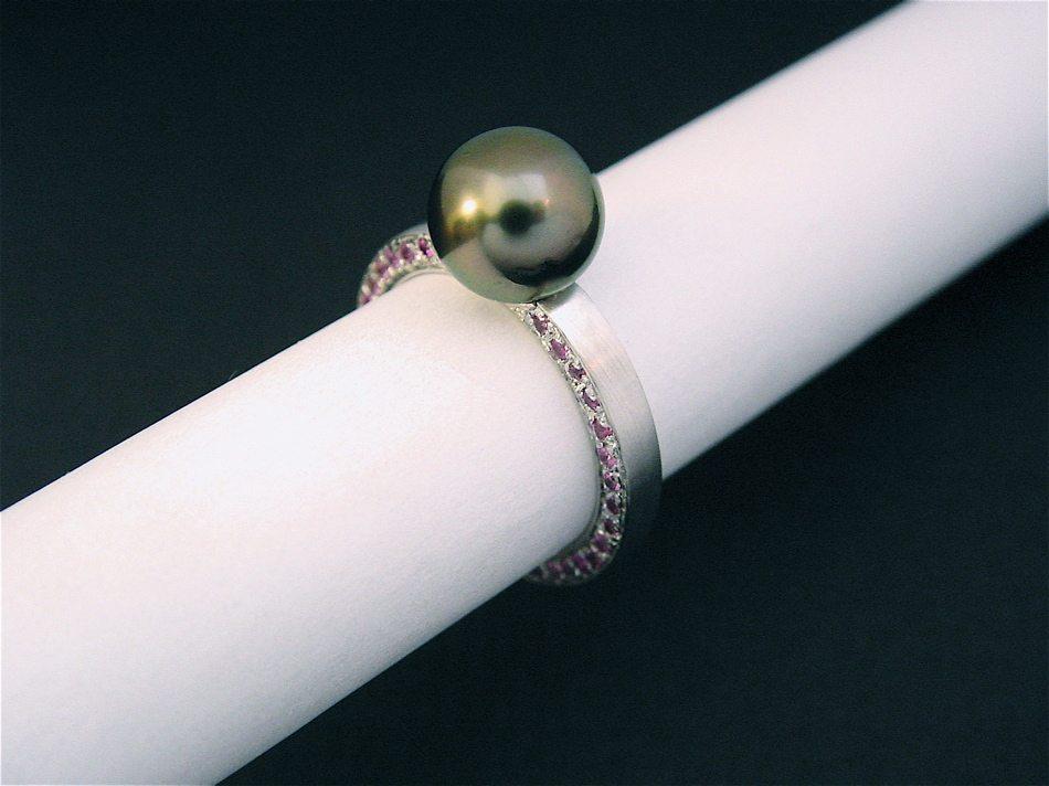 """bague or blanc, perle de Tahiti et saphirs roses, """"naissance d'une fille"""""""